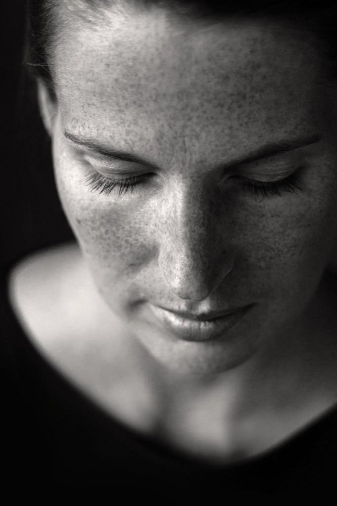 Portrait der sommersprossigen Linda. Aufgenommen von Fotografin Astrid Schulz aus Bremen.