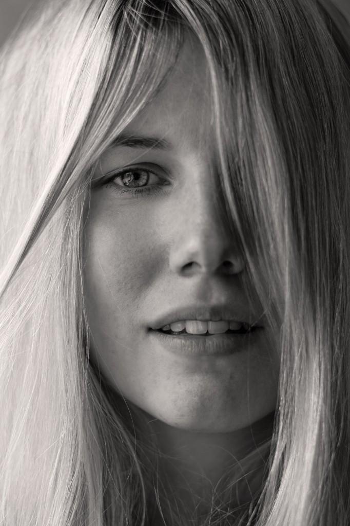 Schwarz-weiß-Portrait von der blonden Kerstin. Sie hat Ähnlichkeit mit Claudia Schiffer.