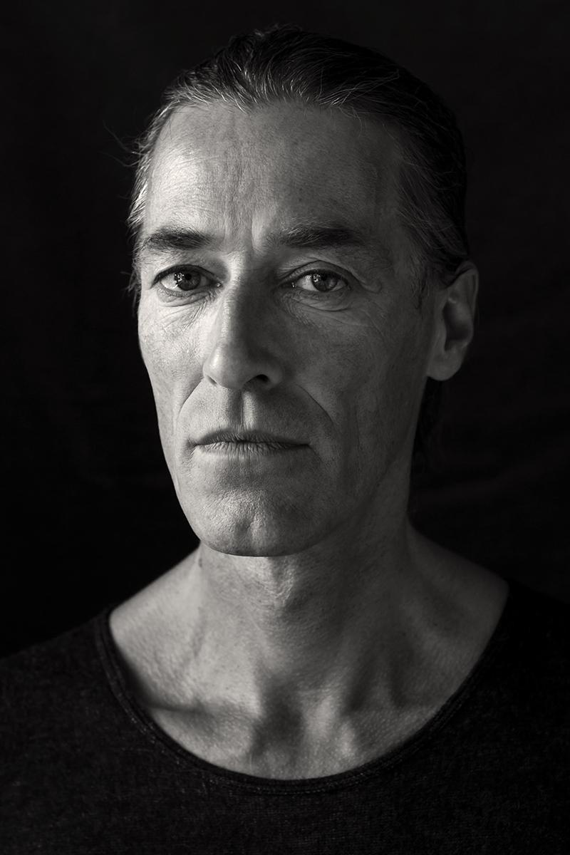 Matthias wurde porträtiert von Astrid Schulz aus Bremen. Das Charakterportrait ist in schwarz-weiß.