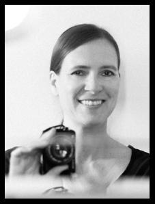 Selbstporträt der Fotografin Astrid Schulz aus Bremen. Schwarz-Weiß-Aufnahme.