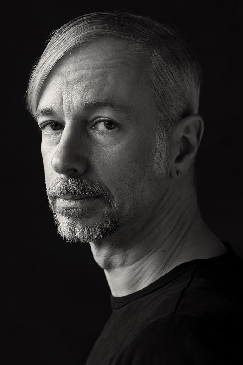 Schwarz-weiss Charakterportrait von Volker Diekamp. Fotografin: Astrid Schulz, Bremen.
