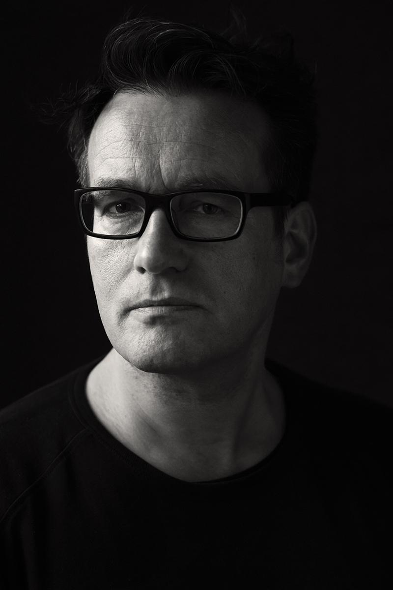 Joachim, ein Mann Anfang 50, trägt Brille und wurde fotografiert von Astrid Schulz aus Bremen.