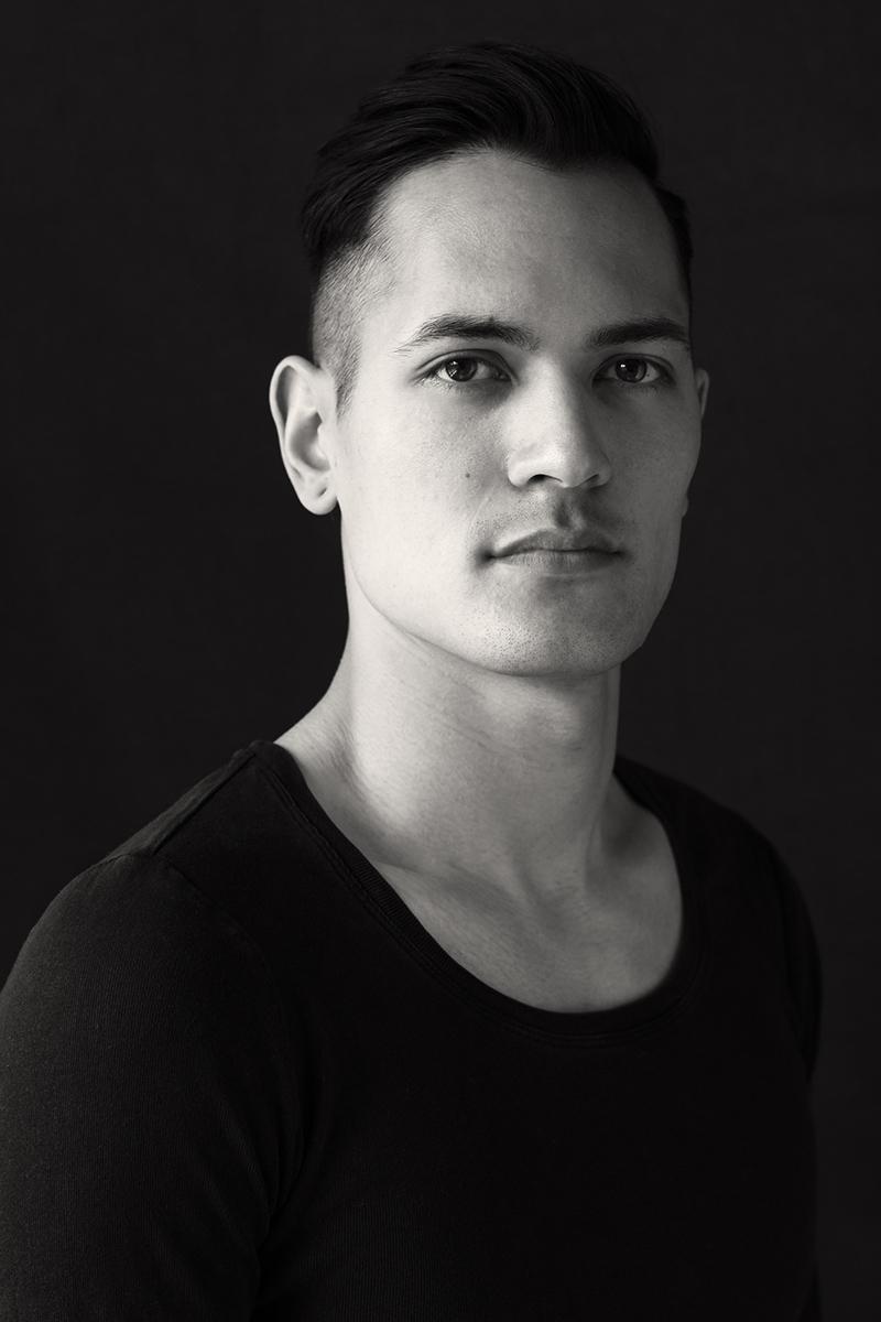 Schwarz-weiß-Porträt eines jungen Mannes.