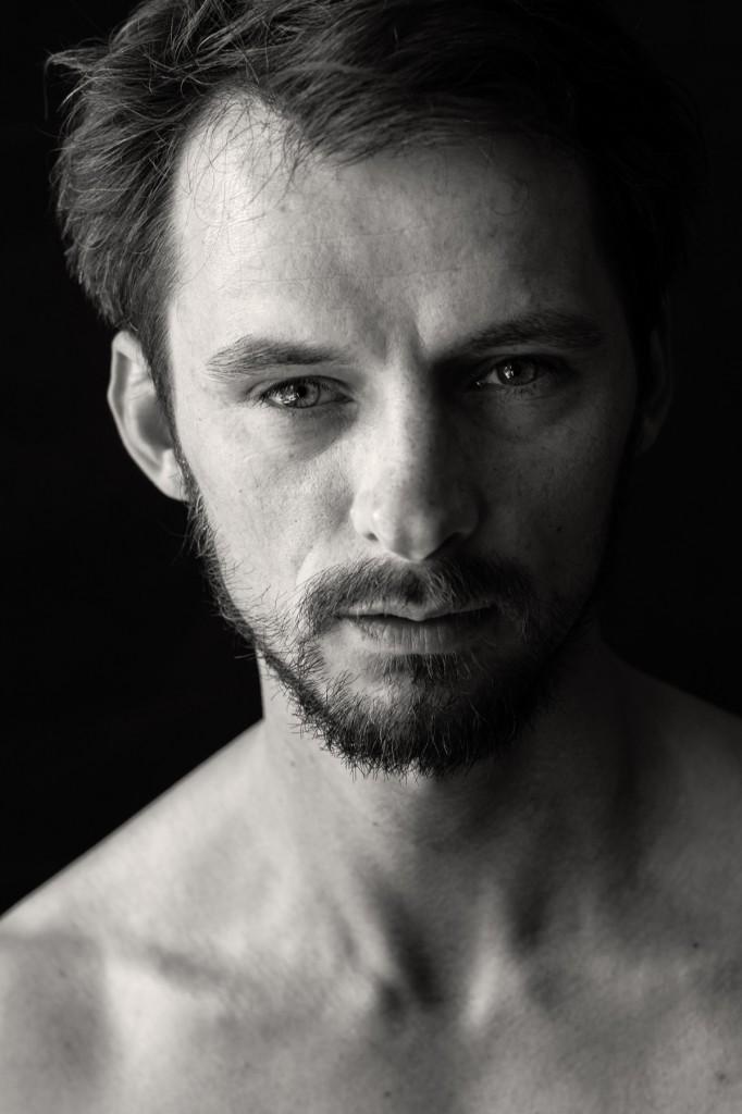 Schwarz-weiß Portrait eines Mannes mit Bart.