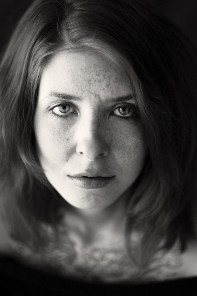 Schwarz-weiß Portrait von der sommersprossigen Daria. Fotografin ist Astrid Schulz aus Bremen.