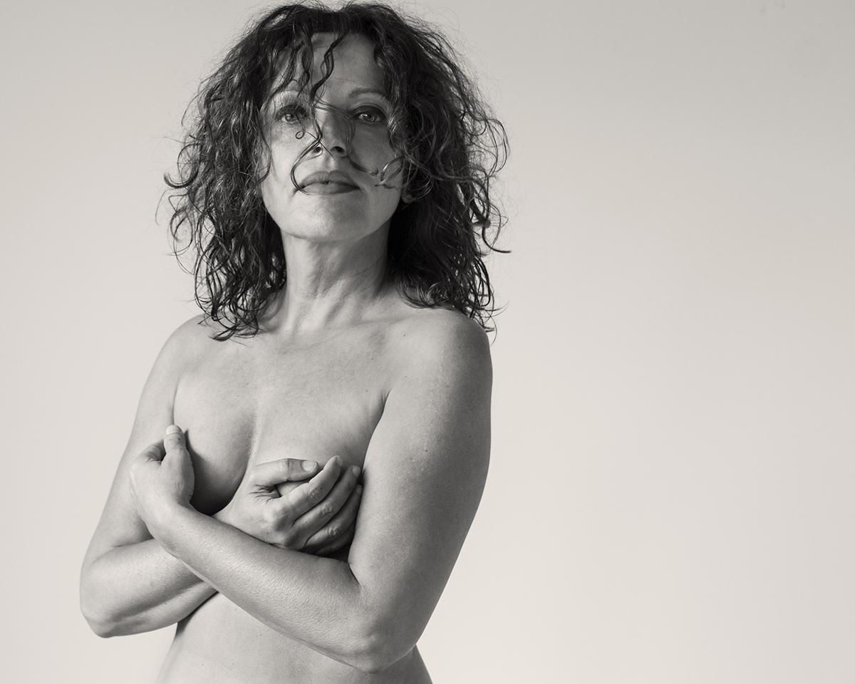 Sinnliches Aktporträt einer um die 50jährigen Frau. Aufgenommen von Fotografin Astrid Schulz aus Bremen.