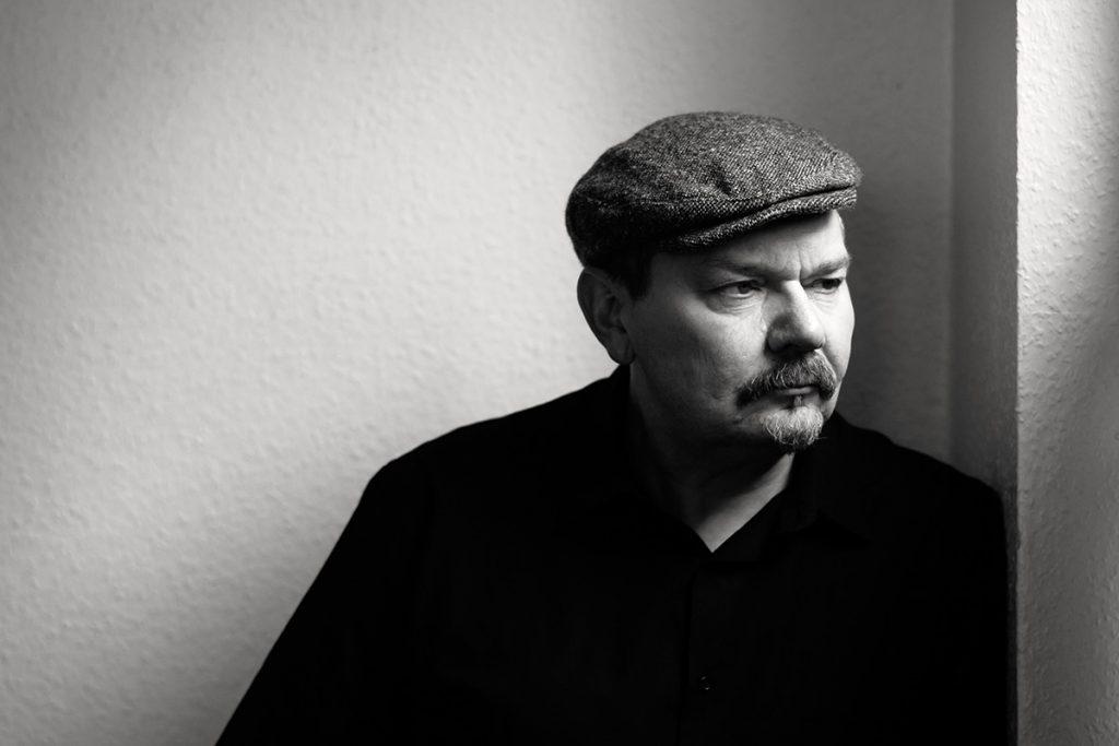Charakterportrait von Torsten-Richard Steinfurt, Galerist aus Bremen. Aufgenommen von Fotografin Astrid Schulz, Bremen.