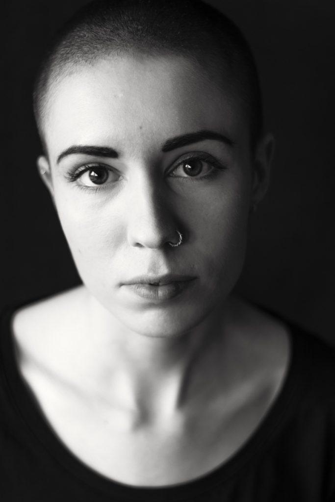 Schwarz-weiss-Porträt von Paulina, 21 Jahre alt. Fotograf: Astrid Schulz, Bremen.