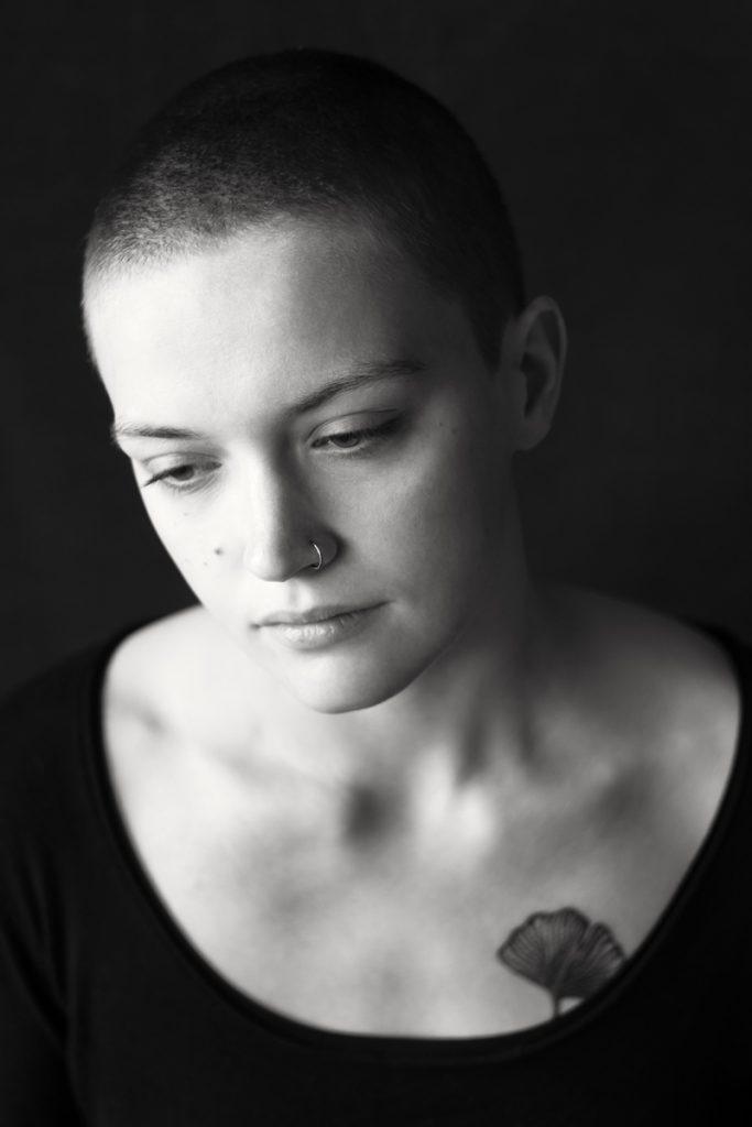 Schwarz-weiss-Porträt von Lena, 20 Jahre alt. Fotograf: Astrid Schulz, Bremen.
