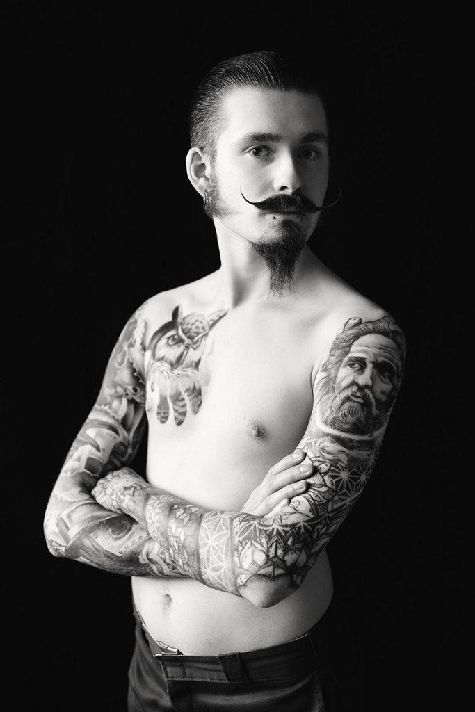 Porträt des Bartträgers Maximilian. Er ist am Oberkörper stark tätowiert. Fotograf: Astrid Schulz aus Bremen.