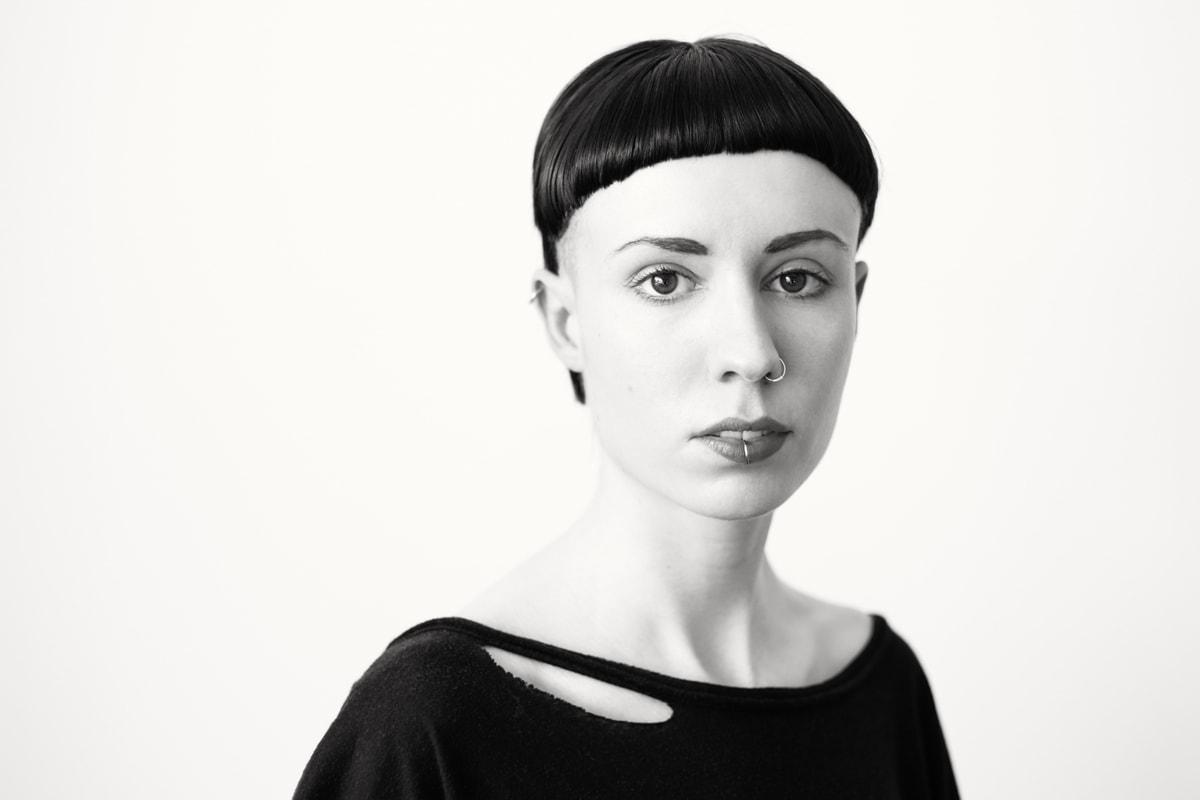 Portät von Paulina, in schwarz-weiß bearbeitet. Fotografin: Astrid Schulz aus Bremen.