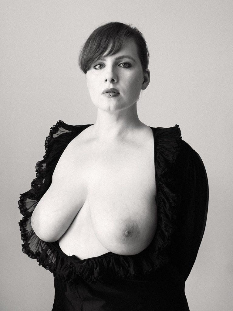 """Aktportrait von Frau. Ihr Kleid wurde zur Seite """"gelegt"""", ihre Brüste schauen heraus. Fotografin: Astrid Schulz, Bremen."""