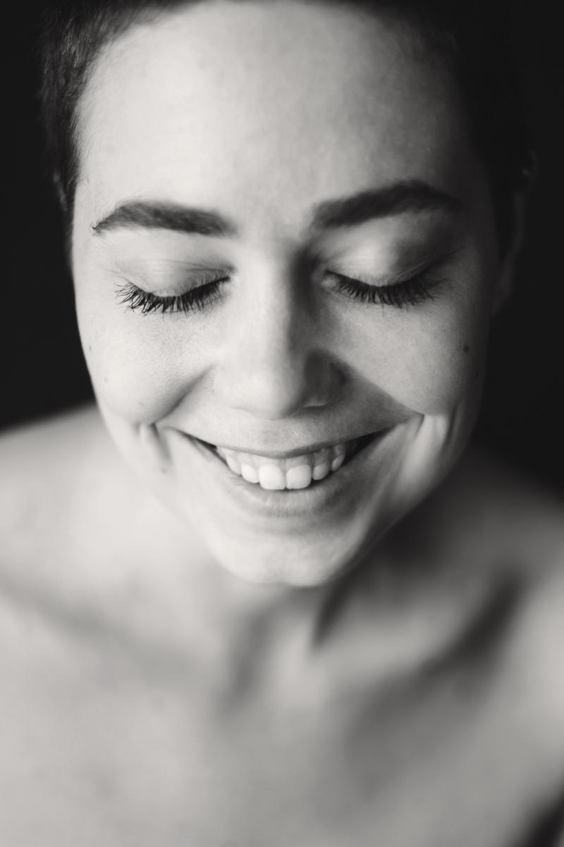 Porträt von Liv. Die junge Frau lacht.