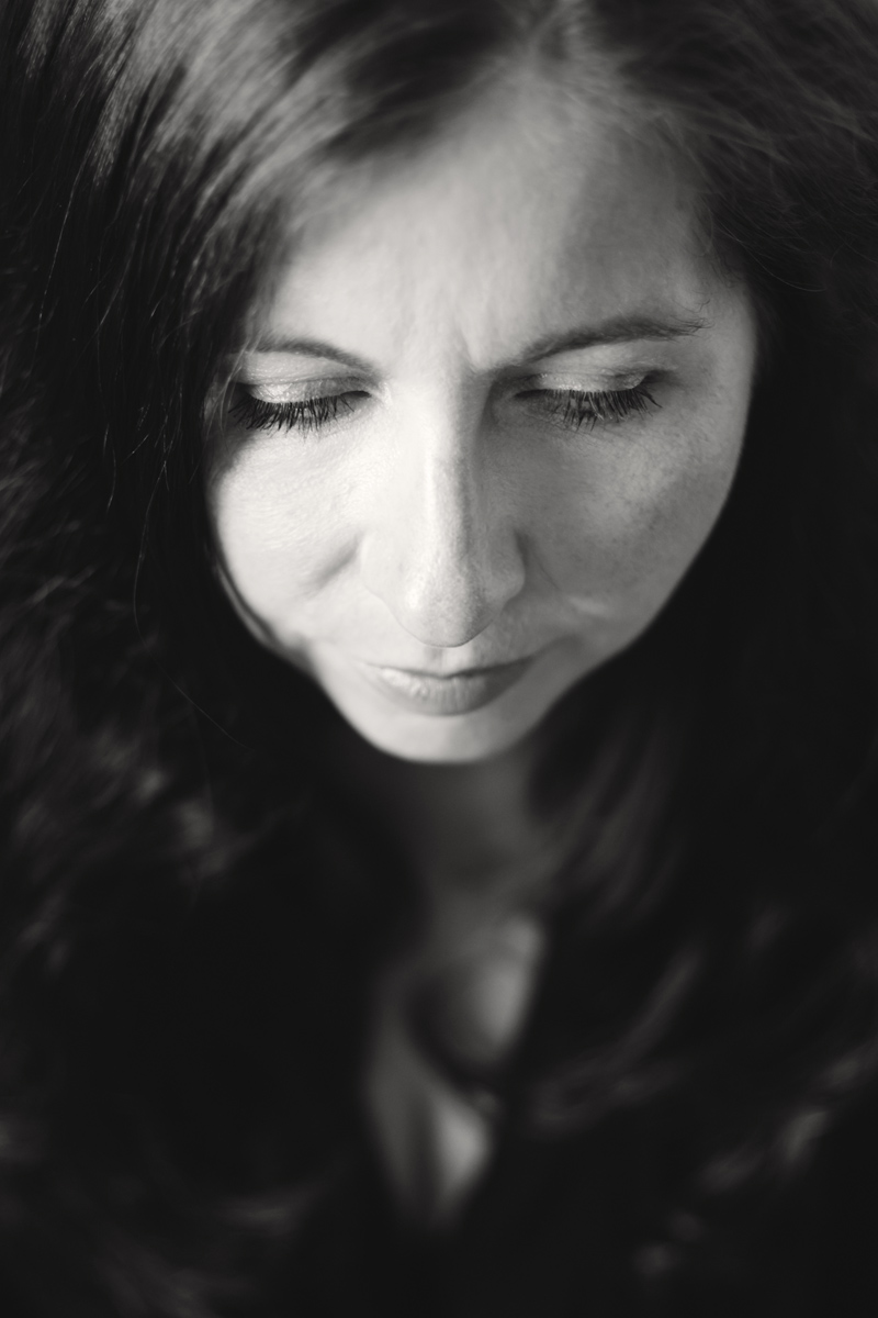 Portrait von Doreen. Closeup. Sie schaut nach unten.