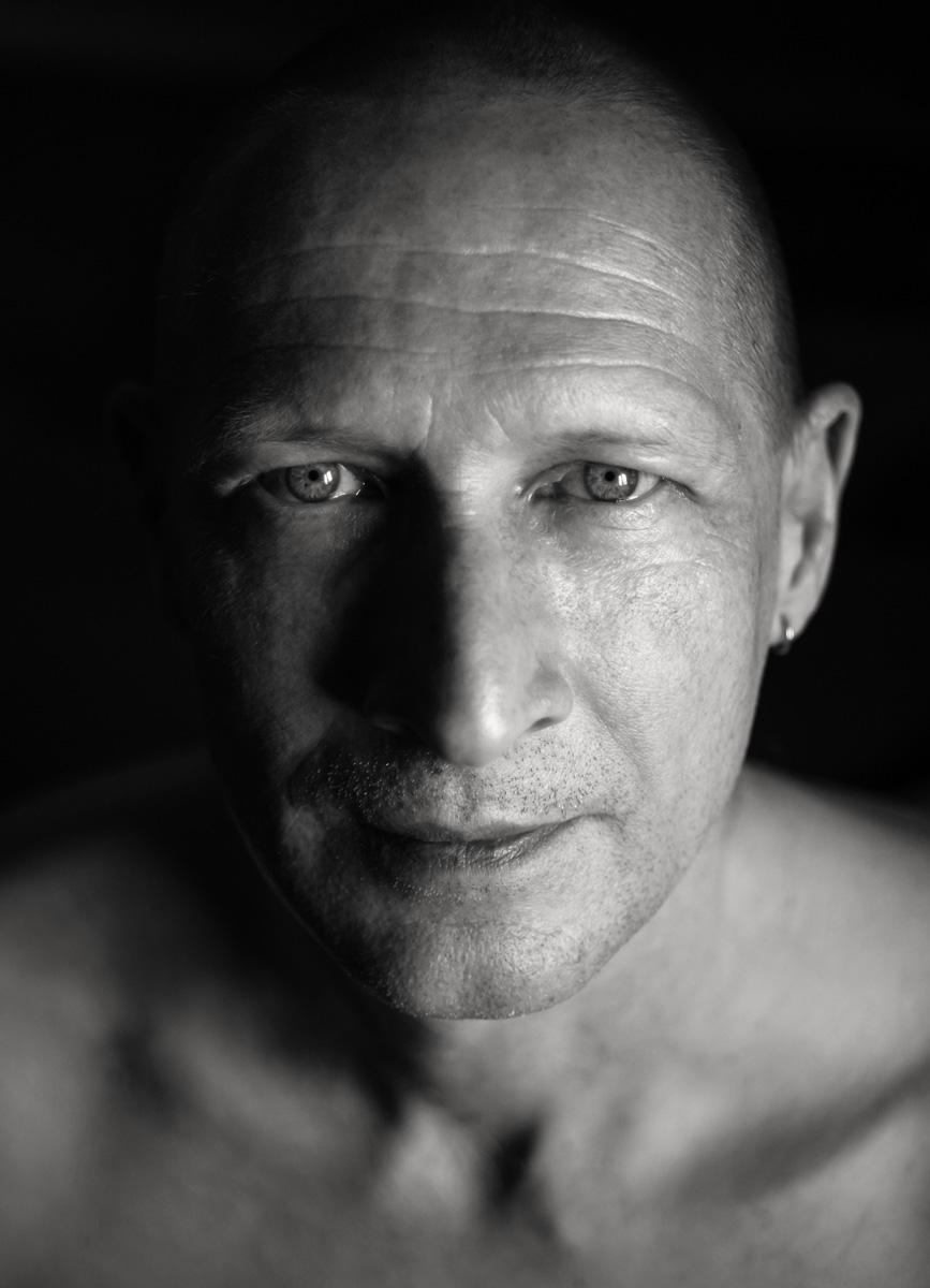 Portrait von Dirk in schwarz-weiß. Aufgenommen von Astrid Schulz aus Bremen.