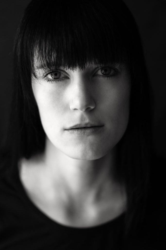 Close-up von einer jungen Frau in schwarz-weiß. Aufgenommen von Fotografin Astrid Schulz aus Bremen.