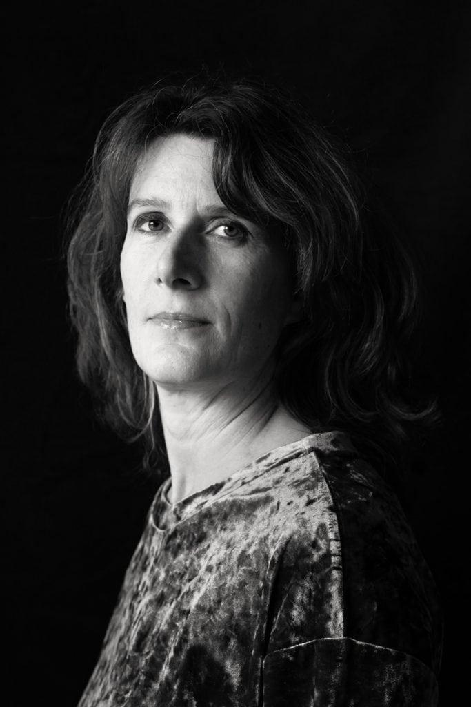 Selbstbewusst blickt Ina in die Kamera von Fotografin Astrid Schulz aus Bremen.