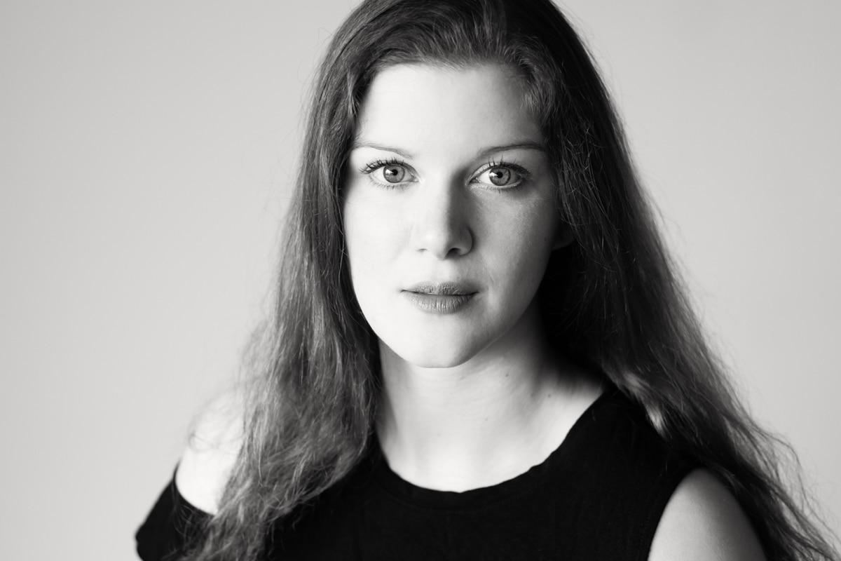 Porträt einer schönen, jungen Frau mit langen Haaren. Fotografin ist Astrid Schulz aus Bremen.