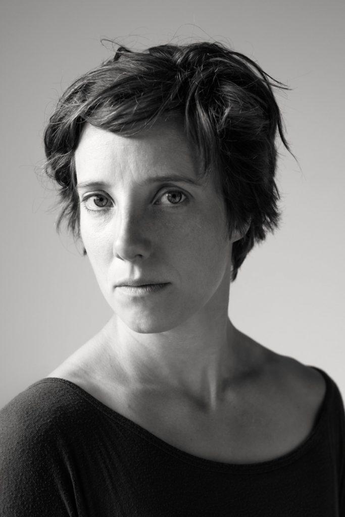 Portrait der Artistin Clara Groeger. Schwarz-weiß-Aufnahme von Fotografin Astrid Schulz aus Bremen.