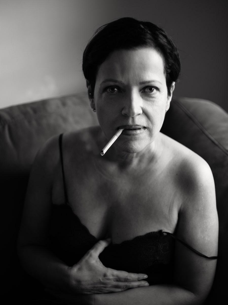 Portrait einer rauchenden Frau. Trotz (oder wegen?) der Zigarette hat dieses Portrait eine ungemein sinnliche Wirkung. Fotografin: Astrid Schulz, Bremen.
