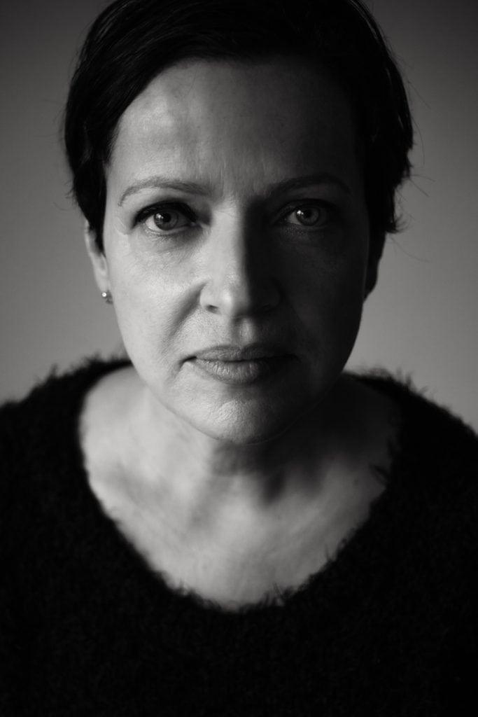 Die Mitte 50jährige Mirjam blickt in die Kamera von Fotografin Astrid Schulz aus Bremen.