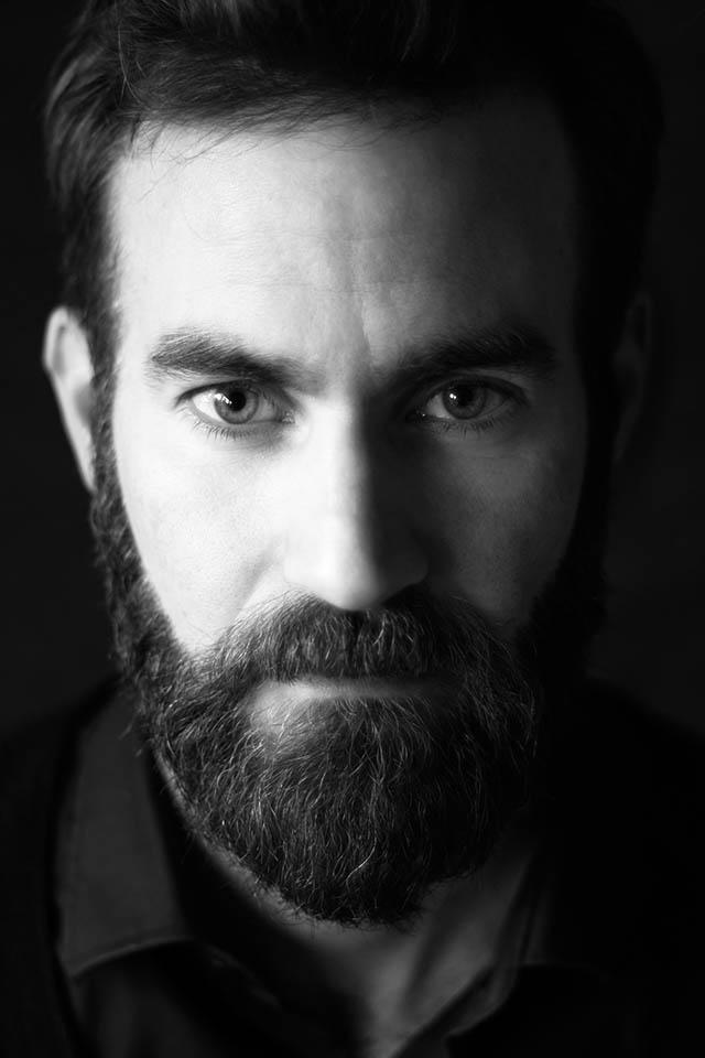 Schwarz-weiß-Portrait von dem 41jährigen Yorick. Yorick trägt Vollbart. Fotografin: Astrid Schulz, Bremen.