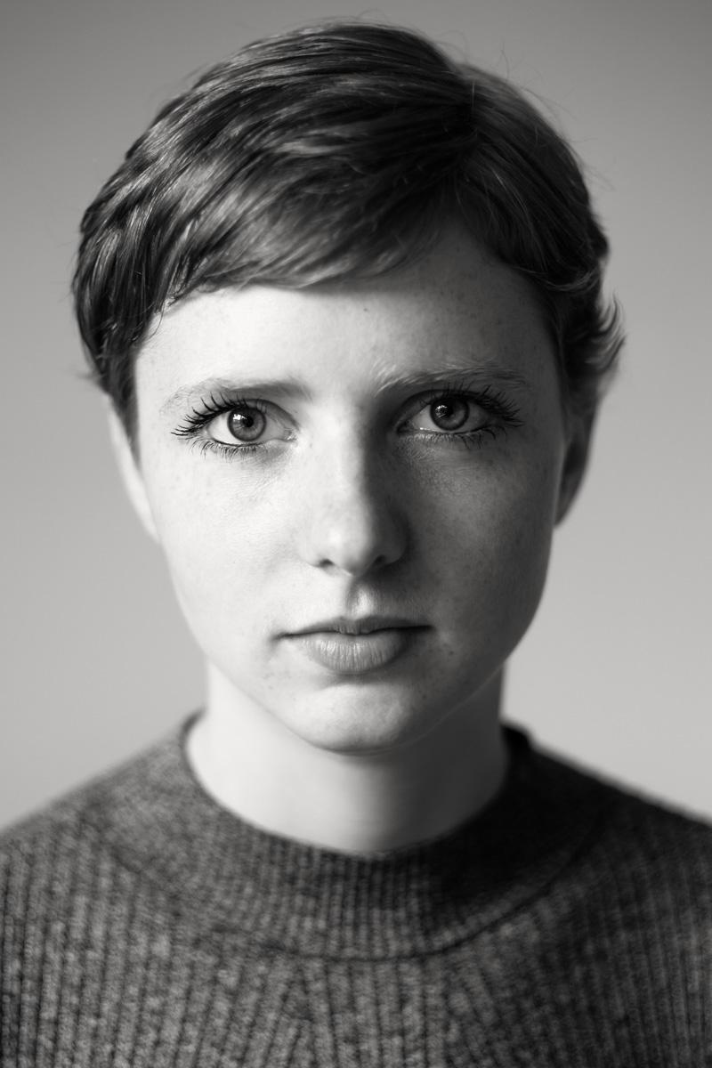 Sommersprossen, Pixiecut, große Augen - das ist Stella. Fotografiert von Fotografin Astrid Schulz aus Bremen.