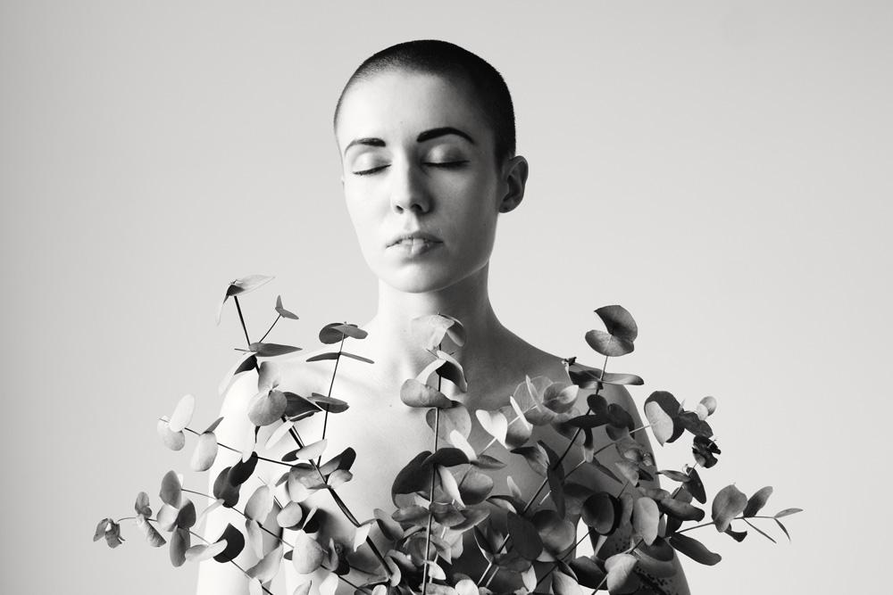 Ruhiges schwarz-weiß-Porträt einer jungen Frau, fotografiert von Astrid Schulz aus Bremen.