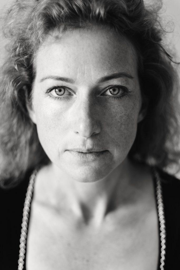 Schwarz-weiss-portrait einer Frau Anfang 40. Aufgenommen von Fotografin Astrid Schulz, Bremen.