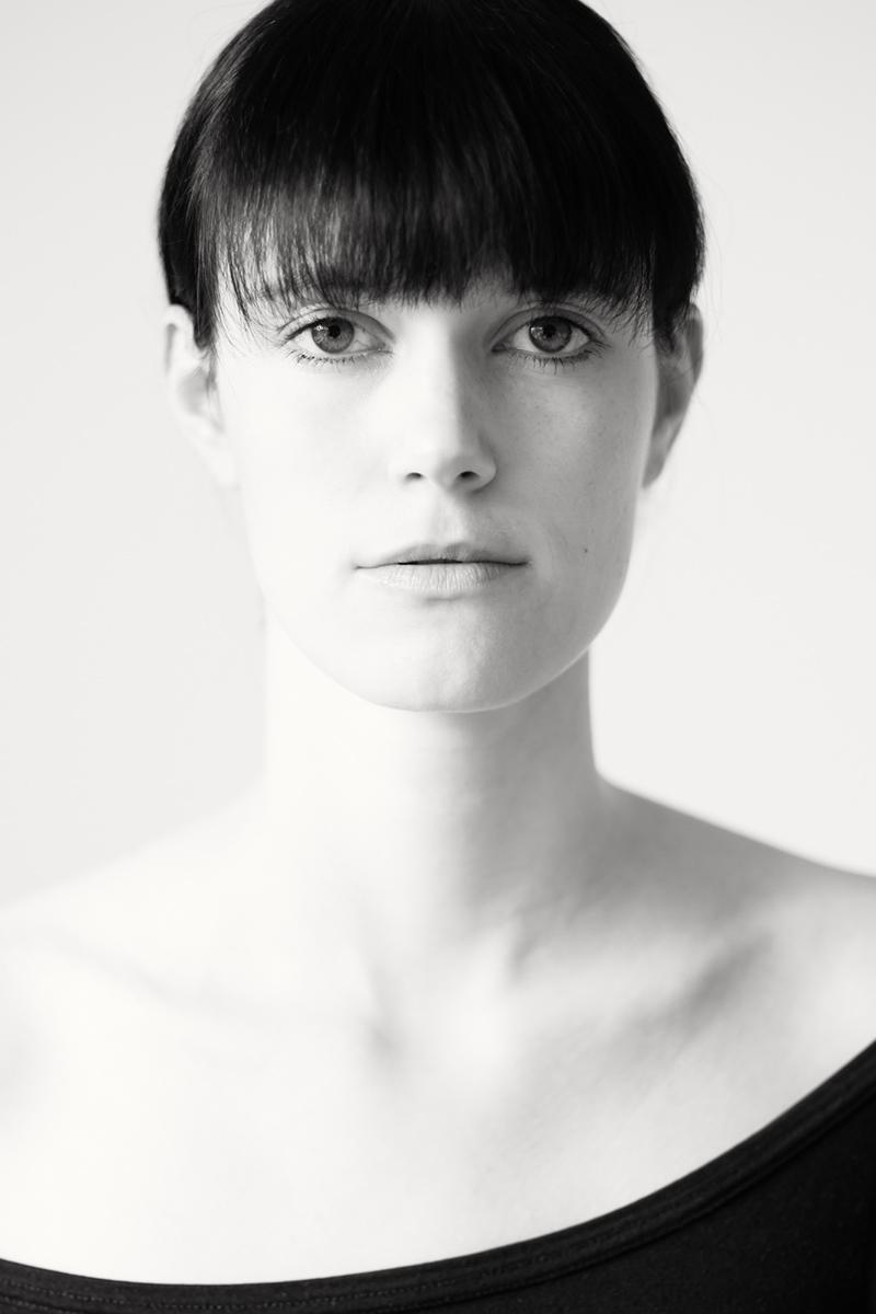 Portrait von Catharina in schwarz-weiß. Fotografin ist Astrid Schulz aus Bremen.
