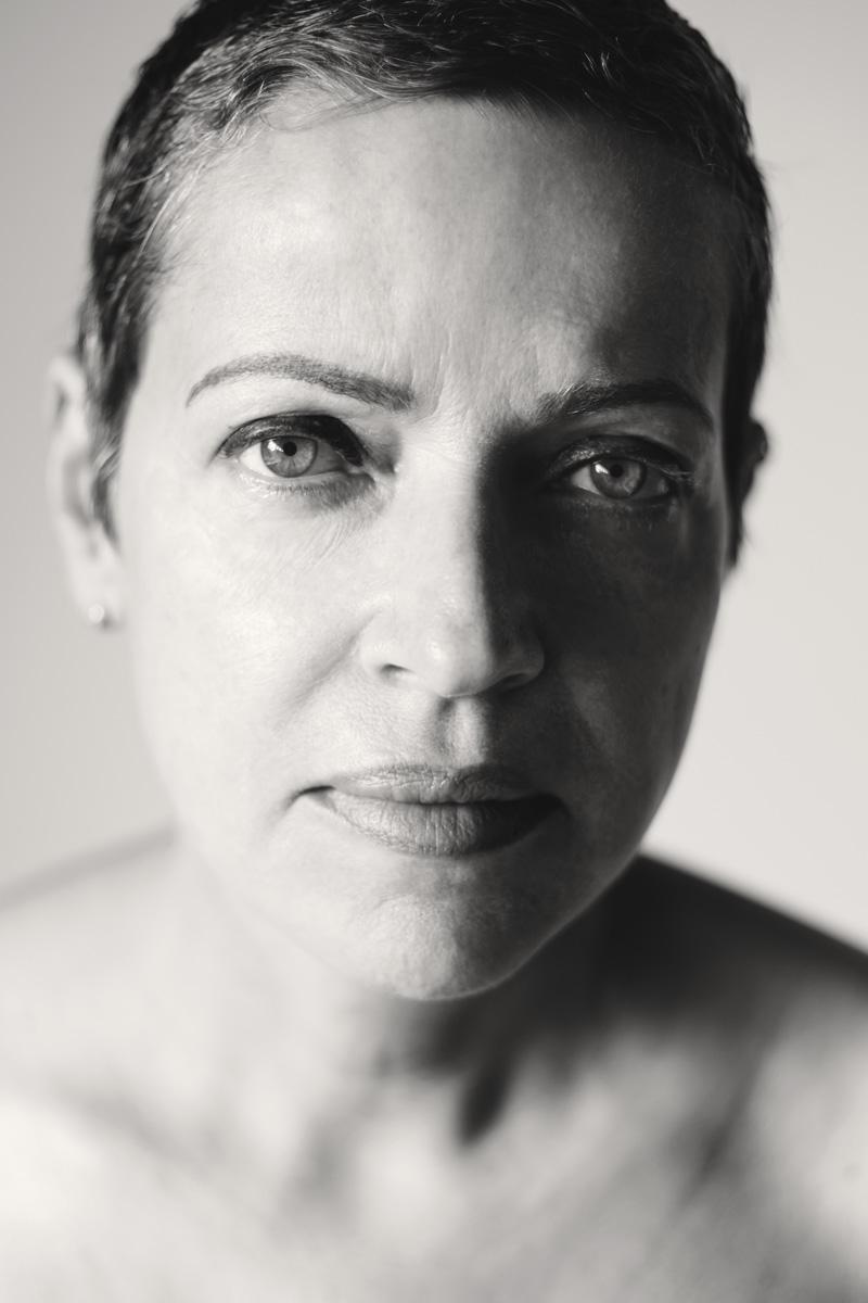 Schwarz-weiß-Portrait der 54jährigen Mirjam. Sie trägt sehr kurze Haare, einen Pixieschnitt.
