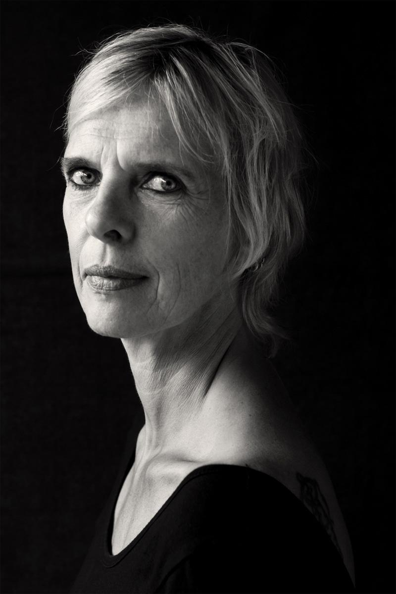 Ein starkes Portrait der 50jährigen Claudia. Die blonde Frau blickt in die Kamera der Fotografin Astrid Schulz aus Bremen.