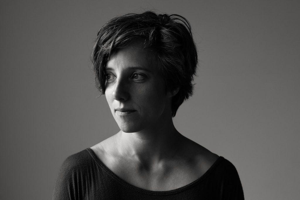 Schwarz-weiß-Portrait von Clara Groeger. Die Artistin wurde fotografiert von Astrid Schulz aus Bremen.