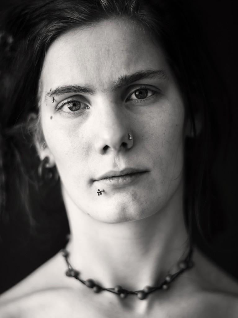 schwarz-weiss-Porträt von Anne. Fotografiert wurde sie von Astrid Schulz aus Bremen.